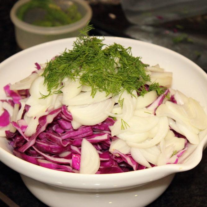 Añadir cebolla y eneldo